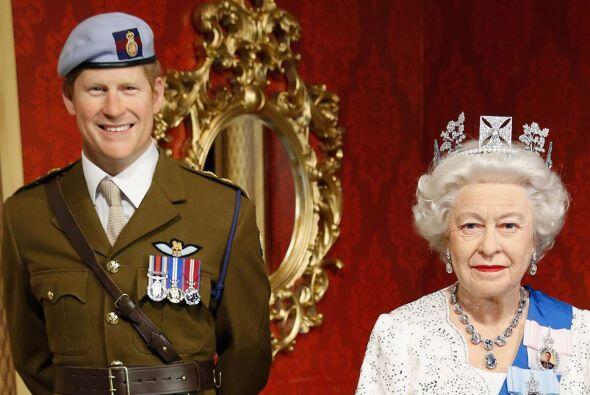 La reina Isabel II y su nieto, el príncipe Harry, ya forman parte del mu...
