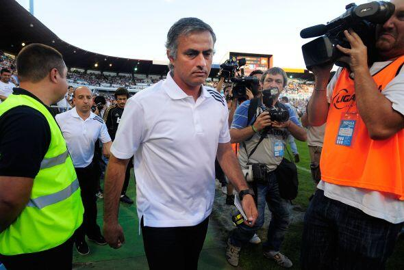 El técnico blanco José Mourinho, como es costumbre, fue de los hombres a...