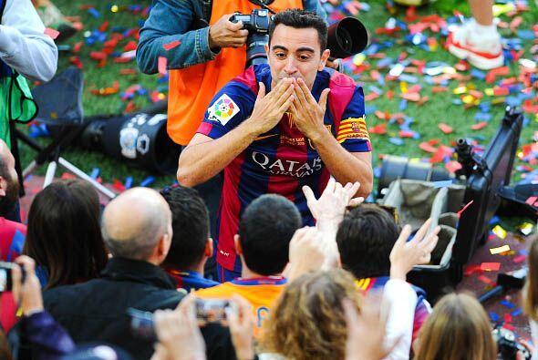 Xavi repartió besos a diestra y siniestra entre ovaciones y cantos.