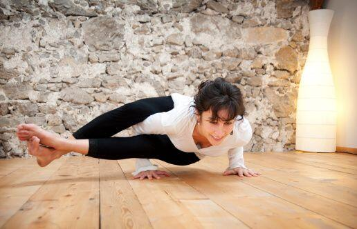 En su práctica se repiten, de forma ágil y fluida, 26 posturas de yoga q...