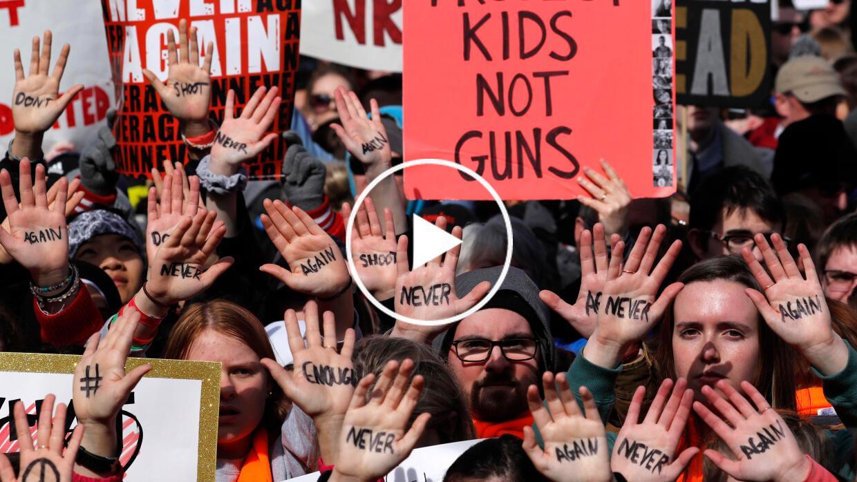 """Con las manos arriba y mensajes escritos como """"no disparen"""" y..."""