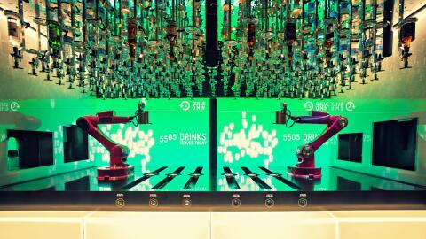 Un robot que prepara cocteles