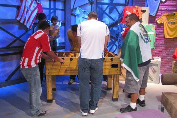 Seguidores de sus equipos y de la pelota, no se separaron de la mesa de...