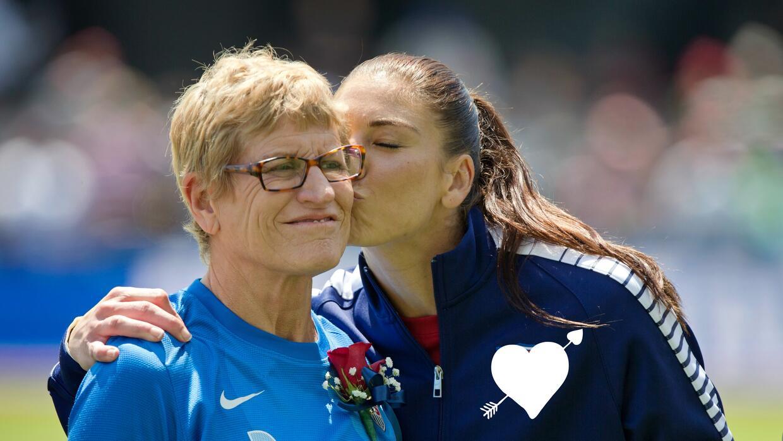 La futbolista Hope Solo y su madre
