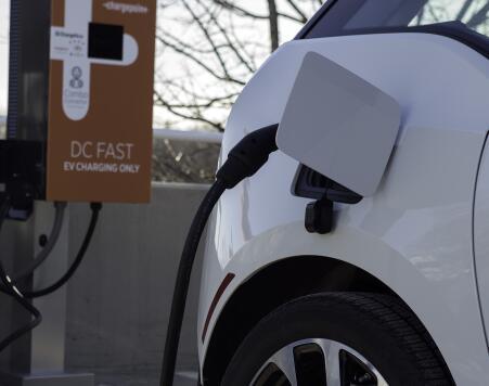 Vehículo eléctrico recarga su batería