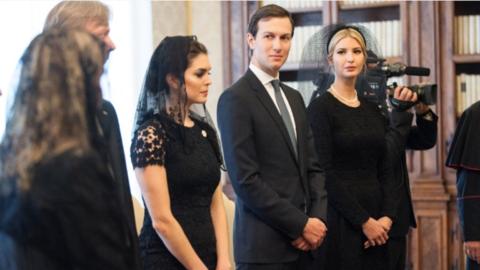 Hope Hicks junto a Jared Kushner e Ivanka Trump durante la audiencia en...