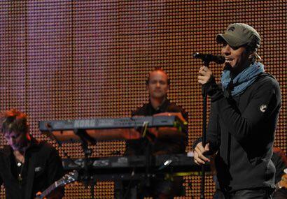 Enrique cantó algunos de sus temas más conocidos y no paró de hacer guiñ...