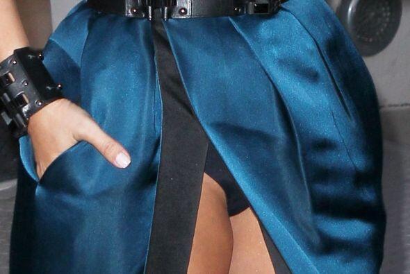 La diva no se dio cuenta de que la abertura de su vestido llegaba a dond...