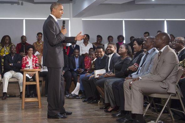 Más tarde se reunió con miembros de la sociedad civil en una audiencia m...