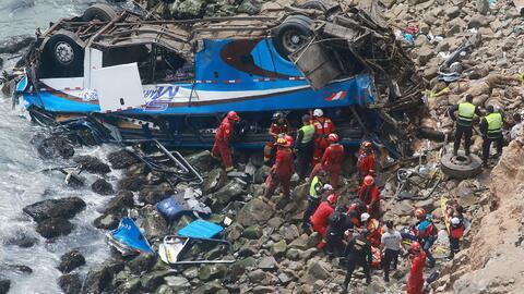 Un grupo de bomberos y policías durante las labores de rescate de...