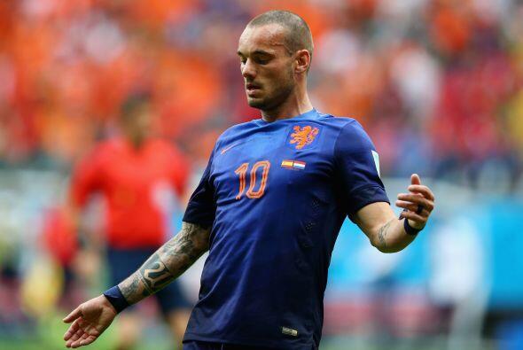 Sneijder se desempeña como centrocampista y actualmente milita en el Gal...