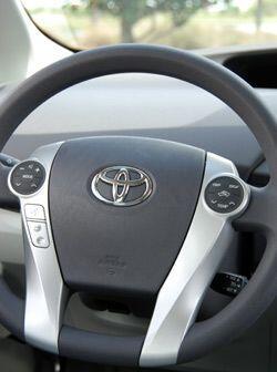 El volante también cuenta con controles para operar diversas funciones d...