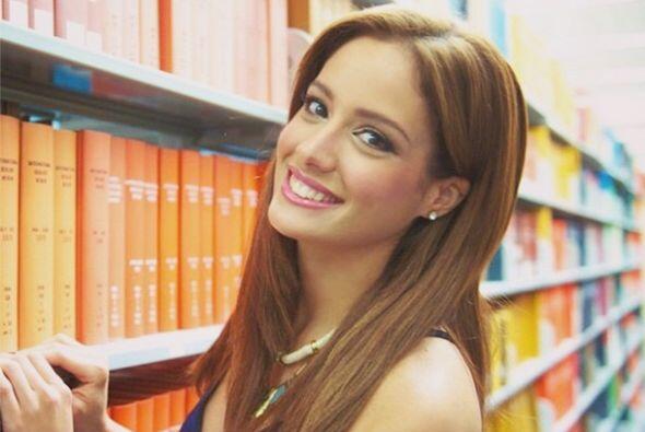 Esta guapa latina sabe la importancia de la educación para nuestros niño...