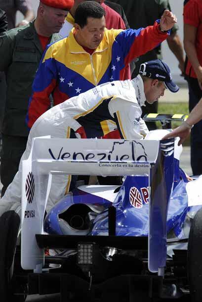 Maldonado mostro algunos detalles del habitáculo de su auto a Ch&...