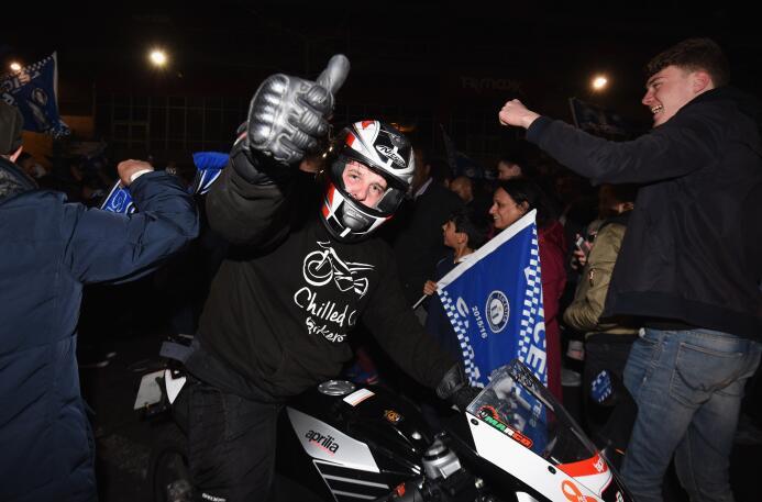 Las calles también se llenaron de aficionados para celebrar a su equipo...