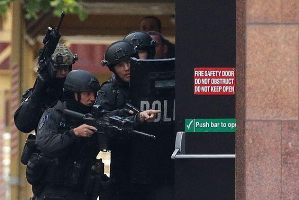 Policías fuertemente armados custodiaron los alrededores de la cafetería...