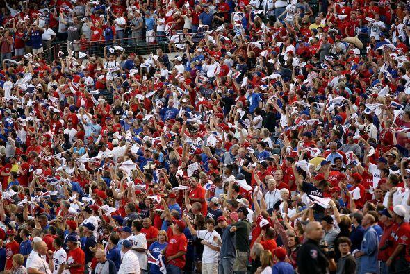Más de 50,000 aficionados se dieron cita en el Rangers Park en Arlington...