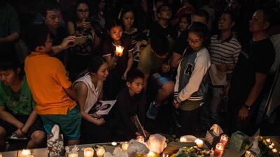 """""""Nunca va a ser lo mismo"""": los sobrevivientes del tiroteo de Parkland se reencuentran entre abrazos, flores y velas"""
