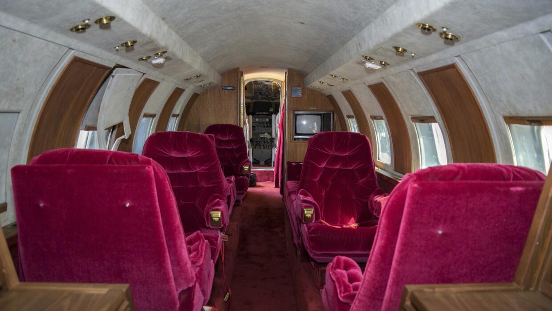 La cabina de pasajeros del jet de Elvis se encuentra en un estado deplor...