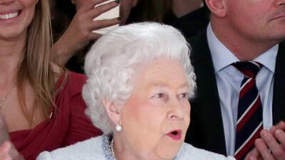 Por primera vez, la reina Isabel II va a un desfile de moda