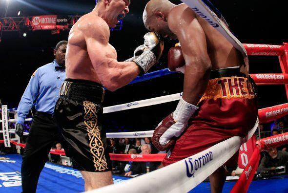 Shumenov no logró poner en peligro la pelea para Hopkins.