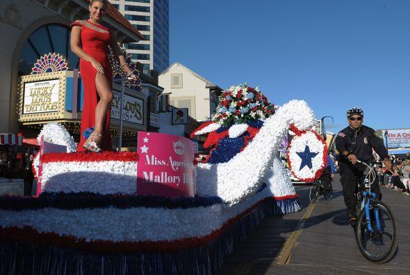 La Miss America 2013 Mallory Hagan comenzó el desfile de las bellas este...