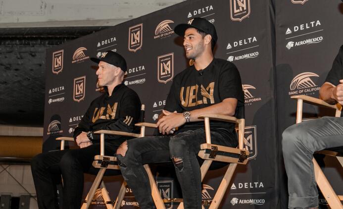 Comida, cerveza, canciones y soccer: el LAFC presentó a Carlos Vela 1E4A...