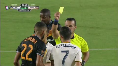 Tarjeta amarilla. El árbitro amonesta a Leonardo de Houston Dynamo