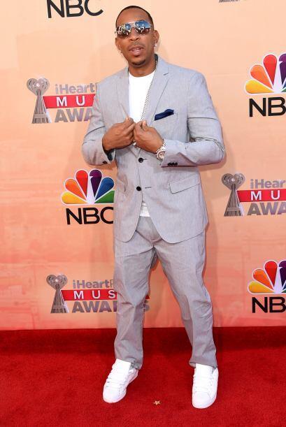 Ludacris llegó con un traje en color pastel, justo para la primavera.