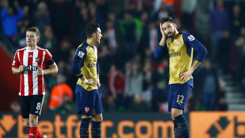 Mesut Ozil y Olivier Giroud decepcionados por la goleada del Arsenal ant...
