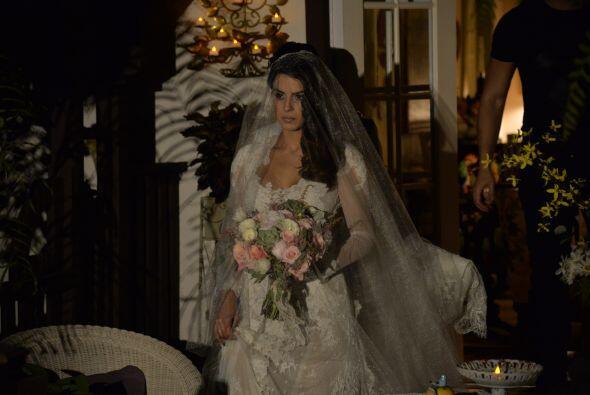 Finalmente la novia se dejó ver y lucía más bella que nunca.