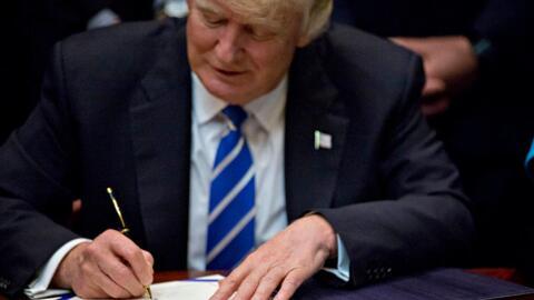 Trump firma orden ejecutiva que desmantela las regulaciones para combati...