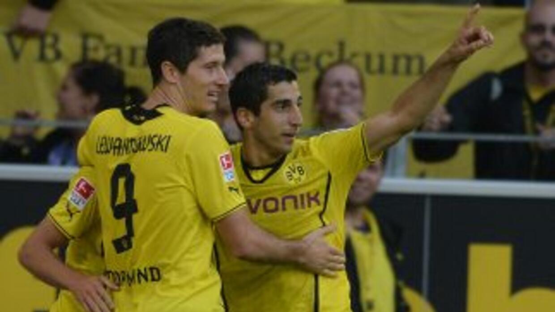 Jonas Hoffmann festeja tras abrir el marcador para el Dortmund.