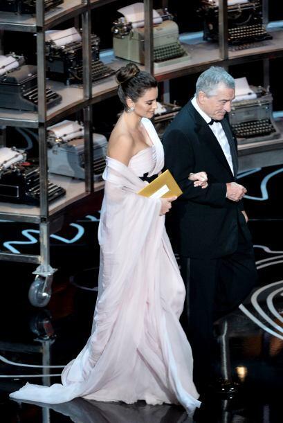 Los actores Penélope Cruz y Robert De Niro al llegar al escenario en la...