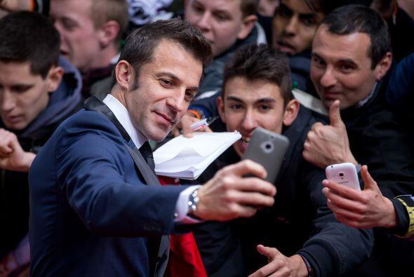 Alessandro del Piero tuvo tiempo de tomarse selfies con los aficionados...