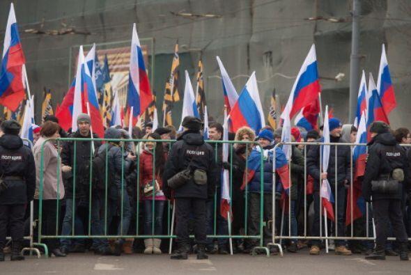 Cientos de personas apoyan la decisión aprobada ayer por el Senado ruso...