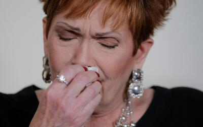 Beverly Nelson llora durante la conferencia de prensa en la que contó el...