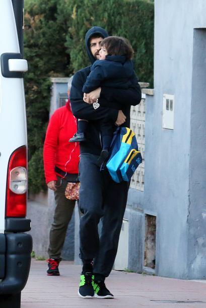 Llevó a su pequeño en brazos y mientras caminaba lo llenaba de besos.