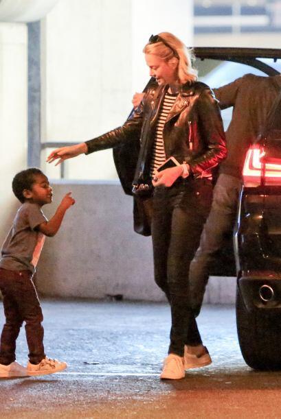 Jackson jugando con su mamá.