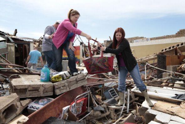 Amber Ford y la maestra Sheri Bittle recuperan artículos del sal&...
