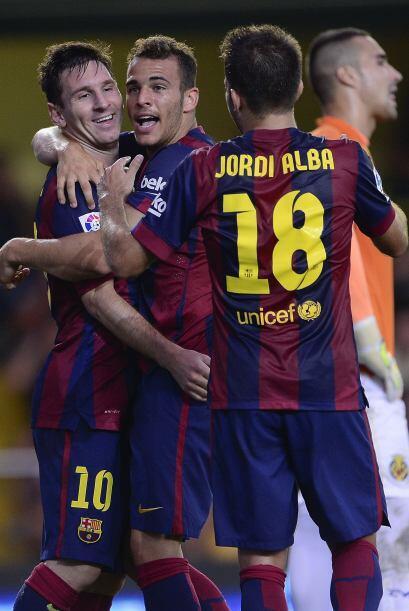 Luego de festejar su gol, era felicitado por Messi y Jordi Alba.