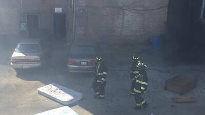 Bomberos lucharon varias horas para tratar de apagar incendio en un edificio en Cicero