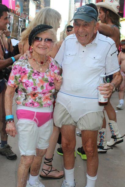 Sin edad: una pareja posa de ancianos no dudó en sumarse al D&iac...