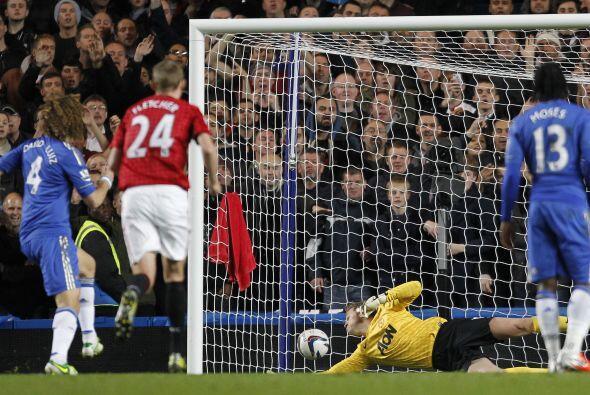 El arquero del United alcanzó a tocar el balón pero no bas...