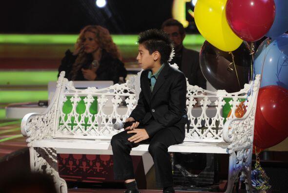 Hiroshi fue el pequeño que acompañó a Kenia durante su canción.