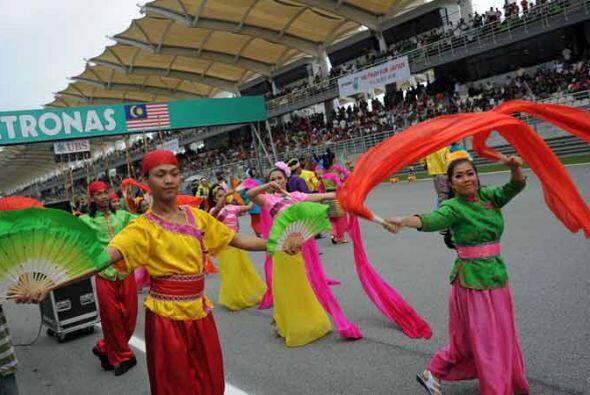 Un baile típico de Malasia antes del inicio de las acciones.