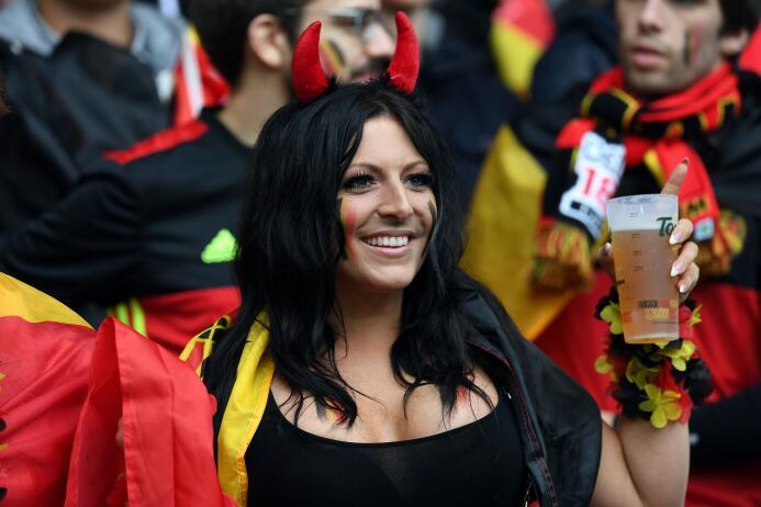 Hermosas fanáticas se dieron cita en el Estadio Pierre-Mauroy de Lille p...