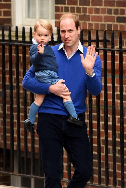 William y George saludaron a la prensa reunida afuera del hospital.