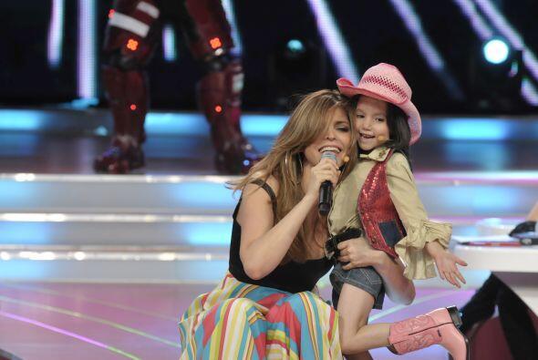 Ana Bárbara no dudó en apapachar a la pequeña pues disfrutó mucho cantar...