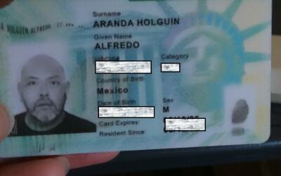 Tarjeta de residencia permanente de Alfredo Aranda Holguín.